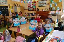 Prvňáčci sice sedí v jedné třídě se čtvťáky, ale obě skupinky mají dostatek prostoru na svoji výuku i spolupráci, což je vidět třeba i na jejich výtvorech z výtvarné výchovy