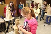 Mladé sochařky se od října schází v ateliéru manželů Stoklasových. Je jich osm