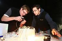 Jeden z exponátů založených na elektronice předvádí dva spolupracovníci science centra Techmania. Ti budou po otevření  návštěvníků poskytovat rady a fundované informace.  Každý z exponátů je opatřen popiskou a instrukcemi, jak s ním nakládat
