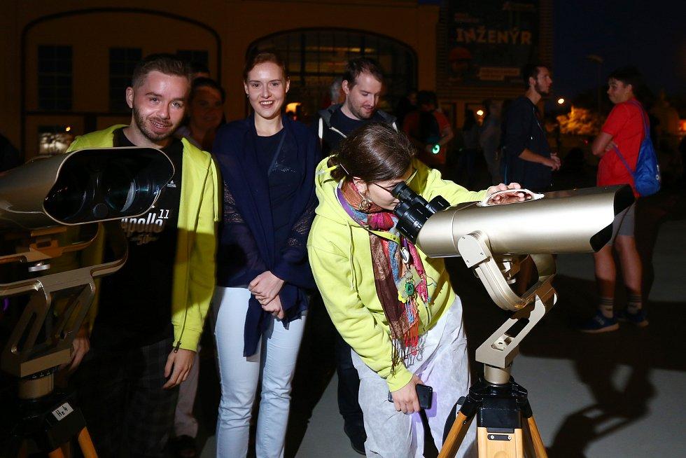 V noci z úterý na středu nastalo částečné zatmění Měsíce. Pozorovat se dalo například v Techmanii v Plzni.