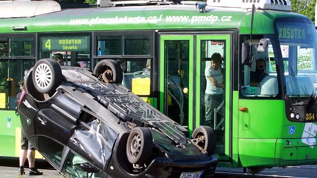 Nehoda auta s tramvají na Karlovarské v Plzni
