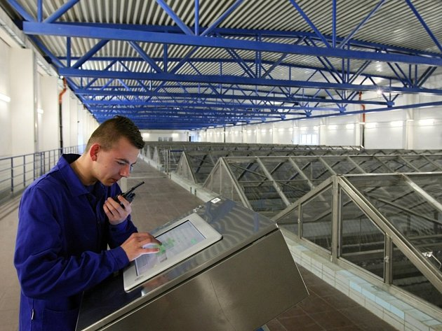 Strojník Karel Kučera kontroluje filtraci vody v úpravně zmodernizované za miliardu korun.