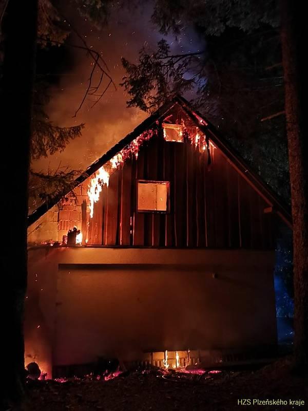 Požár třípodlažní dřevěné chaty nedaleko Špičáckého sedla.   Foto: HZS