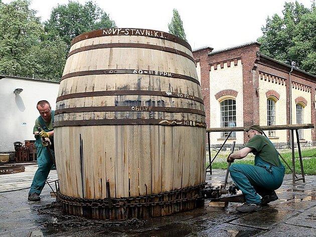 Bednáři vyrobili na památku pětatřicátého pěšího pluku speciální pivní sud