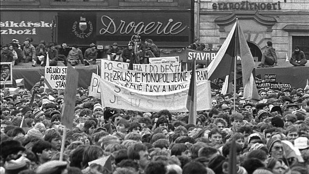 Snímek plzeňského fotografa Radovana Kodery zachycuje atmosféru na plzeňském náměstí Republiky při generální stávce 27. listopadu 1989. Škodováci tehdy k nadšení přítomných davů dorazili z podniku na náměstí. Výstava fotografií Radovana Kodery z revoluční