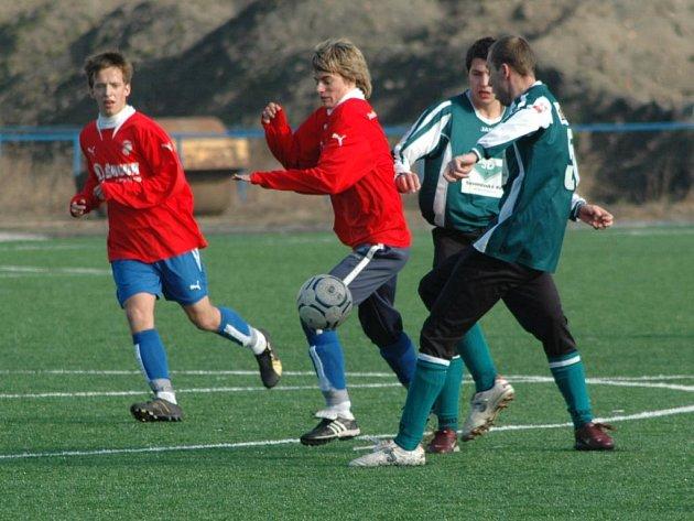 Fotbalisté třetiligové rezervy Viktorie Plzeň (v červených dresech na snímku z letošního přípravného utkání proti Chomutovu) dnes odpoledne ukončí pětidenní herní soustředění v jihočeském Písku. Zítra je čeká další přípravný duel v Příbrami