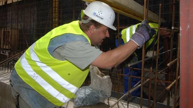 Pracovníci stavební firmy připravují železné mříže do betonu na stavbě retenční nádrže v Plzni–Bolevci
