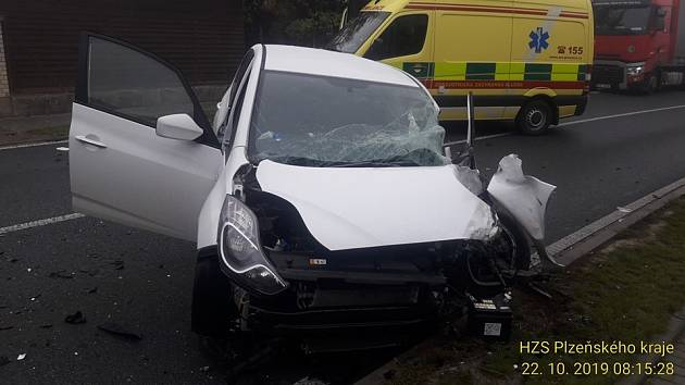 Nehoda osobního a nákladního auta v Lužanech
