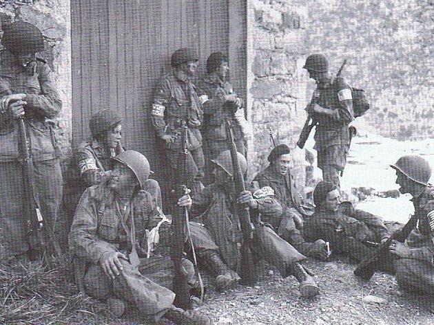 Odpočívající američtí a britští parašutisté 1. spojenecké výsadkové taktické skupiny