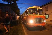 Jízda historických autobusů noční Plzní