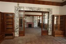 Loosův interiér v domě na Klatovské 19 s krbem a posuvnými dveřmi do hudbeního salonku.