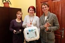 Autorka nápadu zřídit v Plzni mobilní hospic Jana Červánková (uprostřed) ukazuje se zdravotními sestrami lékařské vybavení, se kterým navštěvují klienty.