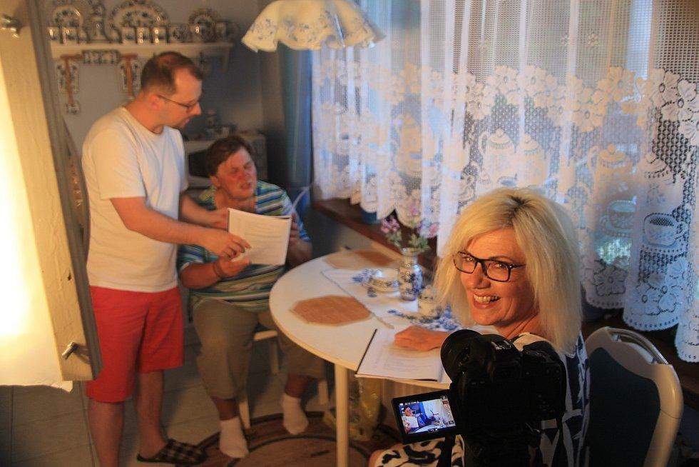 Nadšenci ze Žihle točí už třetí letní komedii. Na snímku režirér Jiří Bláha, Milada Sandnerová a Martina Rambousková.