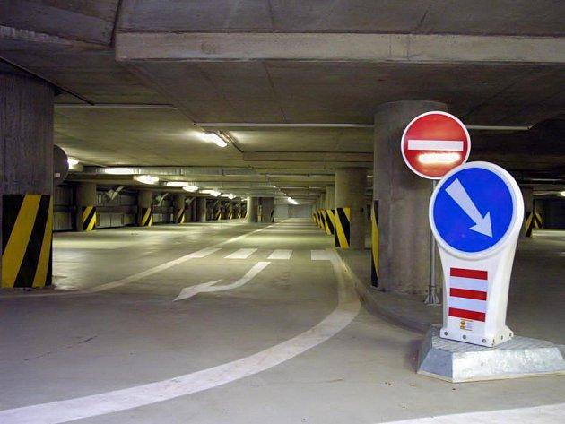 Parkoviště v útrobách mostu Milénia
