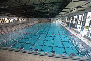 Částečně zrekonstruovaný bazén v Plzni na Slovanech.