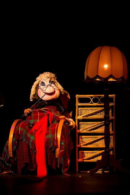 Zpředstavení Pohádky ovčí babičky od Divadla Alfa.