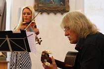 Violistka Jitka Hosprová a kytarista Lubomír Brabec zahájili Procházky uměním v Plasích.
