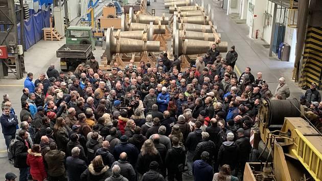 Téměř dvěma stovkám zaměstnancům firmy Pilsen Steel radily v pondělí ve fabrice odbory