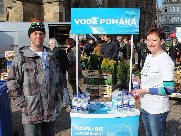 Vodu jako odměnu za 30korunový příspěvek nabízeli ředitelka Diakonie Západ Lucie Petříčková a koordinátor sbírka Tomáš Benda už na plzeňských farmářských trzích.
