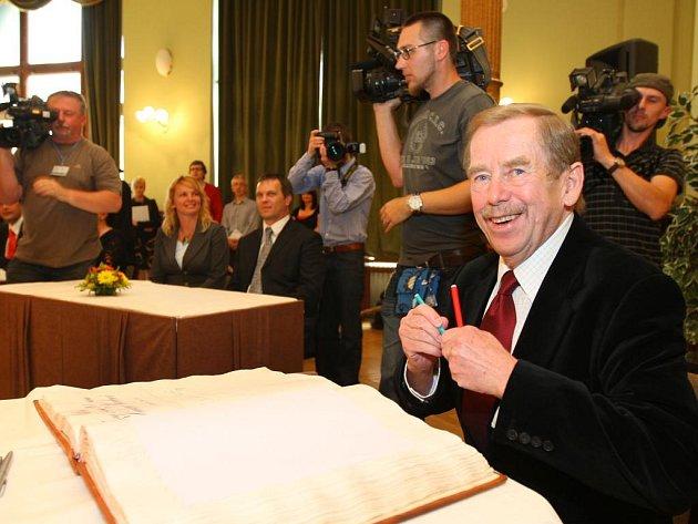 Bývalý prezident Václav Havel převzal v pondělí v plzeňské Měšťanské besedě na slavnostním zasedání zastupitelstva Cenu 1. čevna