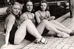 Z filmu Muži nestárnou (1942). Scéna na plovárně – zleva D. Lehovcová, M. Šimonová a Věra Skálová.