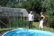 Manželé Rosochovi na zahradě, kterou zasáhne stavba vedení vysokého napětí