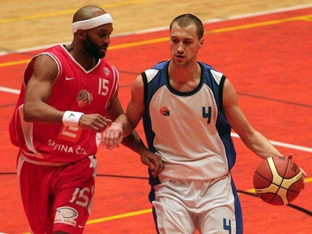 Hráč domácího Basketu Západ Miroslav Šverma (vpravo) si kryje míč před dotírajícím Arthurem Lee z Nymburka během včerejšího utkání čtvrtého kola Českého poháru, které se hrálo v Plzni. Západočeši podlehli favoritovi vysoko 33:106
