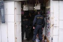 Celníci zajistili ve stánku na tržnici Espresso na Folmavě 3030 kusů pirátských CD a DVD nosičů a dále 196 kusů padělků značkové obuvi a textilu. Majitel je také neznámý