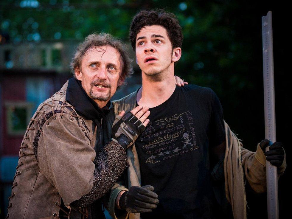 Kamil Halbich (vlevo) jako Don Quijote a Marek Adamczyk v roli jeho sluhy Sancho Panzy při generálních zkouškách.