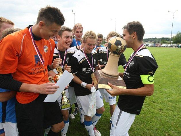 Dorostenci FC Viktorie triumfovali v memoriálu Stanislava Štrunce a po vyhlášení výsledků a předání poháru se společně radovali z úspěchu
