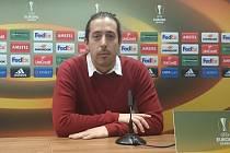 Alberto Gimeno Sánchez se narodil ve španělském  Villarrealu, ale už pět let žije v Plzni. Při utkání Evropské ligy v Doosan Areně mezi domácími fotbalisty Viktorie Plzeň a Villarrealem si při tiskové konferenci vyzkoušel roli tlumočníka
