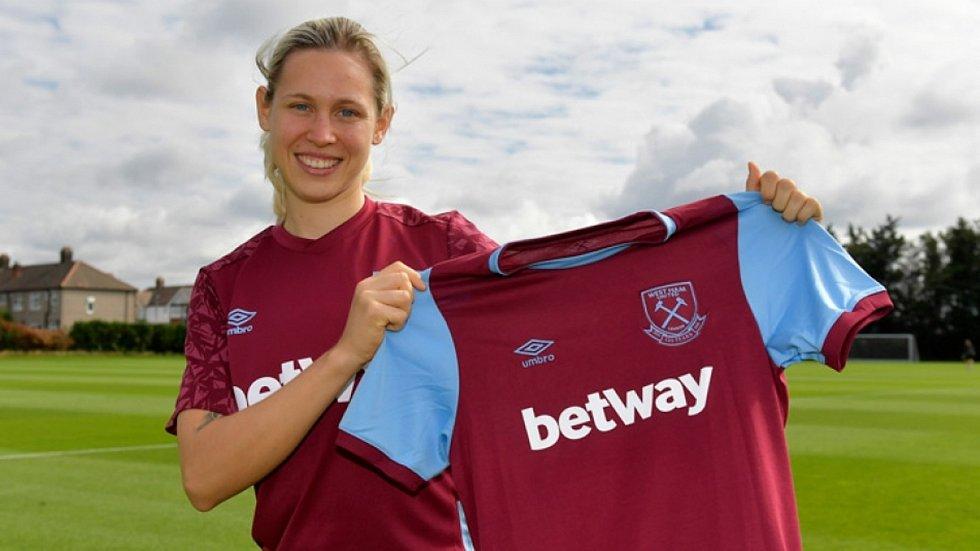 Takhle pózovala Kateřina Svitková s dresem West Hamu po přestupu do Anglie, teď vstřelila druhý ligový gól.