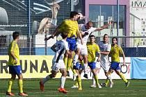 Fotbalisté Přeštic (v bílých dresech) vedli v souboji s Doubravkou už 3:0 a zápas dotáhli do vítězného konce.