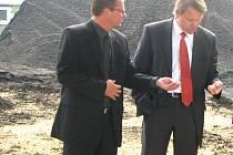 Generální ředitel Plzeňské teplárenské Tomáš Drápela ukazuje ministrovi životního prostředí Martinu Bursíkovi dřevní štěpku, které teplárna ročně spotřebuje k výrobě tepla a elektřiny 60 tisíc tun.