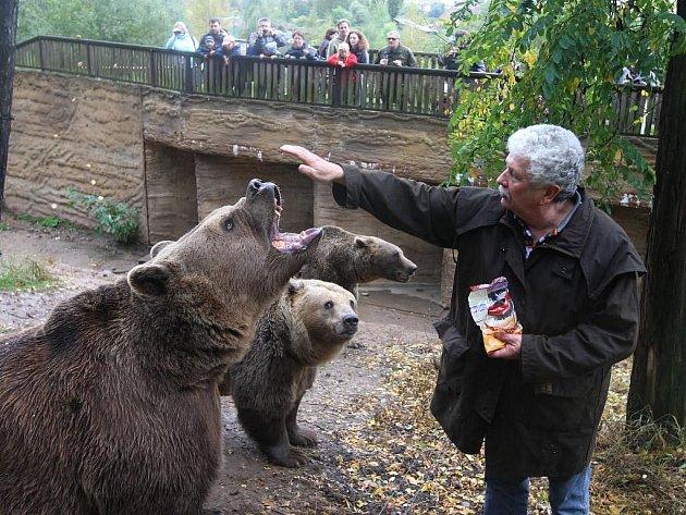 Krmení medvědů před zimou v plzeňské zoo. Na snímku krmí večerníčkové medvědy Elišku a Honzíka Václav Chaloupek, který je vychoval