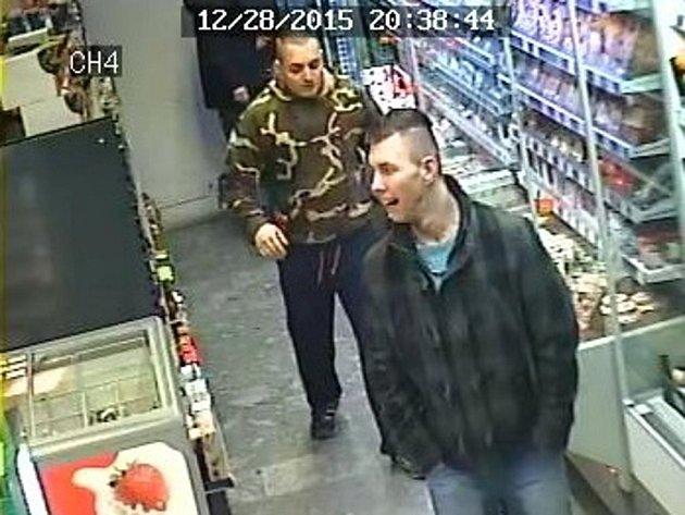 Dvojici pachatelů zachytila krátce před útokem kamera