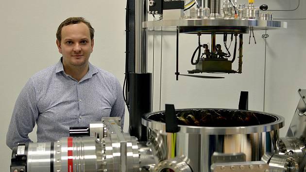 Ing. Jiří Rezek Ph.D. v laboratoři výzkumného centra Nové technologie pro informační společnost Fakulty aplikovaných věd Západočeské univerzity v Plzni.