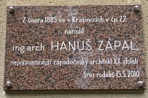 Hanuš Zápal má v Krašovicích od letoška také pamětní desku. Najdete ji na obecním úřadu