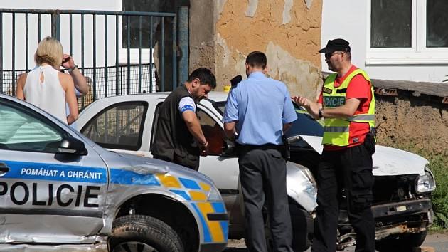 Řidič, který naboural do zátarasu, měl na autě kradené registrační značky a převážel několik kanystrů nafty