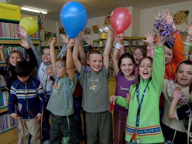 Školáci z První základní školy  v Bolevci oslavovali včera spolu s knihovnicemi z dětského oddělení desáté narozeniny  své  knihovny.  A protože k oslavě patří i tanec, nakonec si všichni zatancovali  čertí letkis