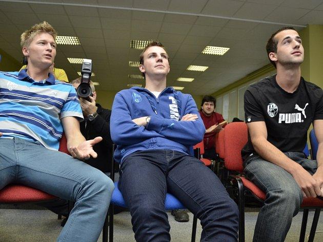Fotbalisté FC Viktoria Plzeň (Václav Procházka, Vladimír Darida a David Štípek) sledují los Evropské ligy
