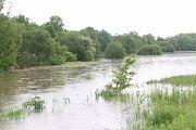 Řeka Radbuza se vylila z břehů a zaplavila louky mezi Dobřany a Plzní.