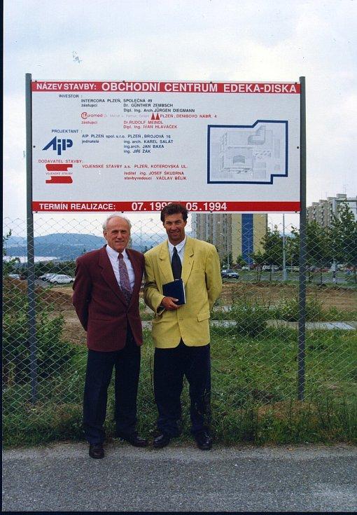 Ivan Hlaváček (vpravo) se svým partnerem Güntherem Zembschem při zahájení stavby Edeky na Lochotíně.