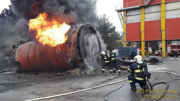 Požár zbytků asfaltu v nádrži v obalovně u Letkova na jižním Plzeňsku