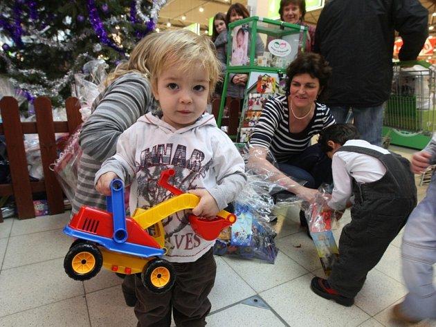 Na šest set dárků si odvezly z nákupního centra Globus děti z Dětského centra