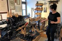Vedoucí Domu historie Přešticka Drahomíra Valentová ukazuje stálou expozici muzea.