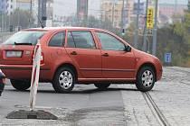Auta musí v křižovatce ulic Karlovarská x Lidická přejet vysoký nájezd na tramvajový pás