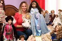 Čtyřiatřicetiletá Jiřina Havlová pořádá výstavu svých panenek v bytovém prostoru na Americké třídě.