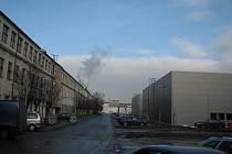 STARÉ A NOVÉ. V těsné blízkosti haly Lokomotivka (vlevo) vyrostly ve škodováckém areálu nové nájemní haly, v nichž sídlí například výrobce letadlových toalet a kuchyněk Driessen Aerospace (hala vpravo).