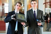 Neviditelné průzkumné vozidlo. Na výrobě modelu pracovali  Roman Šuser (vlevo) a Jakub Polívka přibližně 85 hodin. Vůz, který je opatřen kamerou, by mohl sloužit například při monitorování prostoru postiženého přírodní katastrofou či válkou